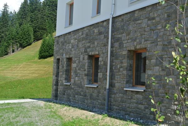 steinfassade der priv alpine lodge lenzerheide ist. Black Bedroom Furniture Sets. Home Design Ideas